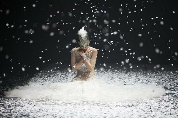 杨丽萍为东易日盛送上惊世之作《孔雀之冬》作为20周年的生日礼物
